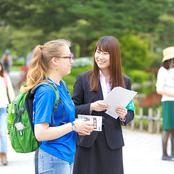 学生スタッフが兼六園観光ガイド