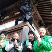 経済経営学部武田ゼミ 卯辰山麓寺院に忍者人形を設置