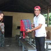 カンボジア研修 日本で集めた文具や洋服を寄付